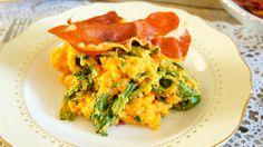 Zoete aardappel en spinazie stamppot met krokante Parmaham