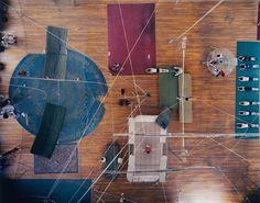 Jonathan Frantini fotografierte für AnOther Magazine die 'Shanghai Acrobatics'. Frantini entwarf damit ein einfühlsames Porträt der Künstler in der Manege. Viele der Akrobaten verbringen ihr ganzes Leben in der Artistengruppe, werden schon früh in den Beruf hineingeboren und üben ihn bis ins Alter aus.
