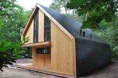 Recreatiewoning Eefde | BONGERS architecten bna Modern Wooden House, Modern Barn House, Modern Shed, A Frame House Plans, House Cladding, Shed Homes, Tiny House Cabin, Cute House, Garden Buildings