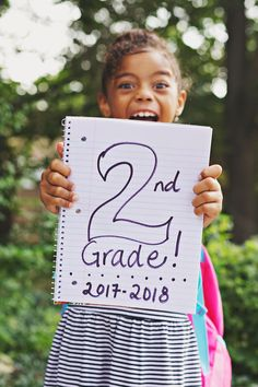 A list of easy and fun pictures you can take of your child on his or her first day of school. Back To School Party, First Day School, School Parties, School Fun, School Days, 1st Day Of School Pictures, School Photos, Kindergarten Photos, Kindergarten First Day