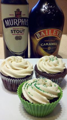 Cupcakes for St. Patrick's Day- Murphy's Chocolate Cupcakes with Dark Chocolate Ganache & Bailey's Buttercream Frosting Best Dessert Recipes, Gourmet Recipes, Baking Recipes, Delicious Desserts, Yummy Food, Muffin Recipes, Recipes Dinner, Desserts With Chocolate Chips, Chocolate Cupcakes
