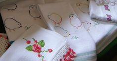 Em 2010, me deparei com uns pintinhos bordados em um blog que não existe mais: orangeflowersketchbook.blogspot.com (só possuo esta referên...