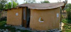 ΒΙΟ, ECONOMIC CRISIS, COBO-HOUSES. Πήλινα σπίτια από 1.500 ευρώ. Τα cobόσπιτα είναι κτίσματα με το μικρότερο δυνατό οικολογικό και οικονομικό κόστος. Φτιάχνονται με τα χέρια σαν γλυπτά, από υλικά του άμεσου περιβάλλοντός και σύμφωνα με μια πανάρχαια τεχνική.