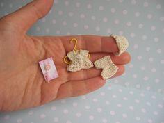 RESERVED ----- anziehbar Miniatur Jacke, Höschen + Mütze, NUCKEL für 4,5 - 6 cm OOAK miniatur Baby Puppe. Handgemacht für Puppenstube 1:12