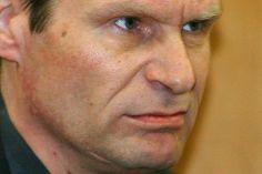 Armin Meiwes (2001-2004)   Armin Meiwes, un informático que devoró a su amante con el consentimiento de éste, al que conoció por internet. Conocido como el caníbal de Rotenburgo, era un técnico informático de 42 años, Puso hace algo más de tres años un anuncio en un foro de Internet buscando personas dispuestas a ser asesinadas y devoradas, al que contestó Bernd-Juergen Brandes, un ingeniero de 43 años, que residía en Berlín,  -ser comido- y viajó al domicilio de Meiwes.