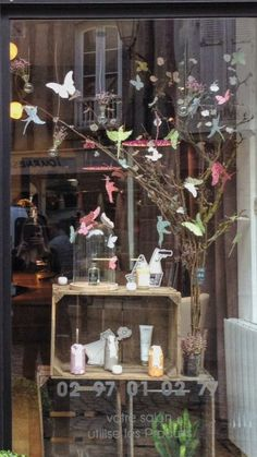 Spring Showcase With Liberty Printed Butterfly and Wooden Case - Hairstyles 02 Deco Spa, Garden Center Displays, Decoration Vitrine, Deco Nature, Wooden Case, Liberty Print, Girl Blog, Ladder Decor, Butterfly