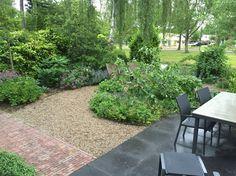 Diemelgroenvoorzieningen Deze tuin heeft strakke bestratingen patronen met organische borders en halfverharding
