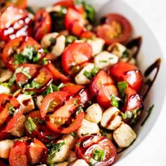 Easy Caprese Salad - Only 10 minutes of prep and ready in less than 30 minutes! Filled with fresh tomatoes, mozzarella, basil and topped with balsamic. Salada Caprese, Tomato Caprese, Cucumber Tomato Salad, Caprese Salad Recipe, Quinoa Salad Recipes, Potluck Recipes, Healthy Recipes, Summer Recipes, Tomato Mozzarella