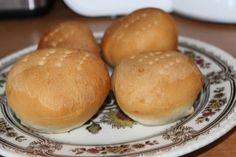 Harde broodjes uit je eigen oven! Heb jij het wel eens geprobeerd? Zelf je brood bakken? Met dit recept bak je thuis zelf de lekkerste harde broodjes Hamburger, Food, Breads, Hand Guns, Seeds, Bread Rolls, Eten, Hamburgers, Bread
