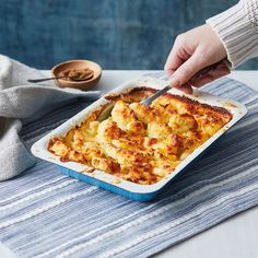 Baked Cauliflower Cheese Healthy Vegetable Recipes, Vegetarian Recipes Easy, Cooking Recipes, Cauliflower Cheese, Cauliflower Recipes, Cauliflower Roasted, Cauliflower Gratin, Gifts For Cooks, Vintage Recipes