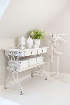 une table blanche et métallique dans le style vintage