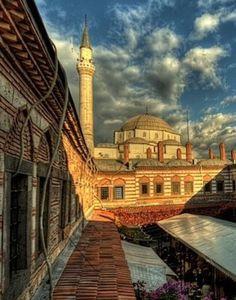 Kızlarağası hanı/İzmir/// İzmir'deki hanların en büyüğü ve en görkemlisidir. Anıtsal bir özelliğe sahip olduğu gibi, mimari özelliği bakımından tek örnek olması Osmanlı hanları arasında ona özgünlük kazandırmaktadır. Yakup Bey tarafından, 1598 yılında yaptırılan ve günümüzde İzmir'in en büyük camisi olan Hisar Camisi'nin batı yanının birkaç metre yakınına inşa edilmiştir. Bu kesim hanın doğu tarafını oluşturmaktadır.