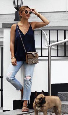 calça jeans e regata azul