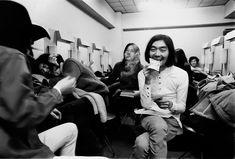 「ギャラをもらって、うれしがる細野晴臣とメンバーたち。千円札だ……。」1970年1月(撮影/野上眞宏)