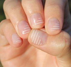False nails have the advantage of offering a manicure worthy of the most advanced backstage and to hold longer than a simple nail polish. The problem is how to remove them without damaging your nails. Striped Nails, White Nails, Nail Art Blanc, Nail Art Designs, Cute Easy Nail Designs, Transparent Nails, Nail Polish, Gel Nail, Uv Gel