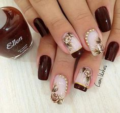Nail art com marrom e dourado.