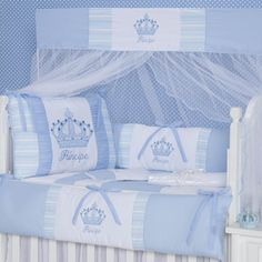 Com coroas e bolinhas, o Kit Berço Imperial Azul é o enxoval de bebê tão sonhado para seu príncipe! Uma decoração de quarto de bebê azul no estilo clássico que é atemporal!
