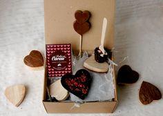 Caixa 2: Maxi-coração de chocolate negro com pimenta rosa   1 lollipop de chocolate de leite   1 choco spoon de chocolate de leite com corações de açúcar