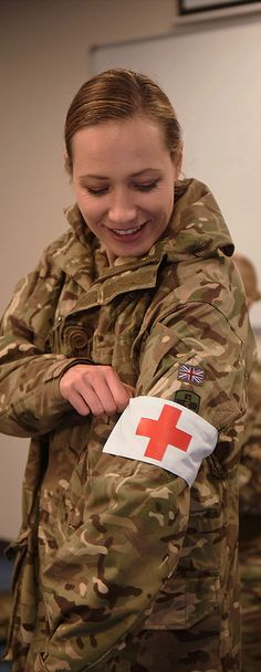 Females in the army - A look at women in the British army with subtle transitions Army Medic, Combat Medic, Album Design, British Army Girls, Female Army Soldier, Military Soldier, British Army Regiments, Warrior Girl, Warrior Women