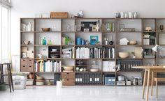 壁一面を収納にしてしまうと、お部屋がすっきり!お気に入りの雑貨も飾ることができるので、とっても万能♪
