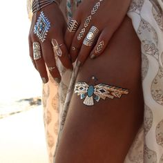 Flash Tattoos are a hot trend among festival goers, boho babes and hippies. Temporary metallic tattoos in gold, silver, black and turquoise in unique designs. Hippie Style, Hippie Chic, Boho Chic, Bohemian Style, Bohemian Summer, Flash Tattoos, Hena, Hennas, Tattoo Ideas