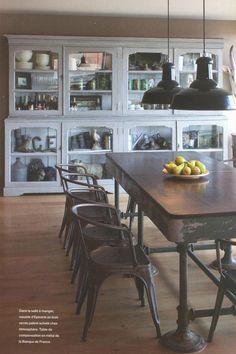 Magnifique vaisselier, table en métal chinée et chaises TOLIX pour une ambiance atelier/ épicerie française.