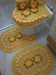 Fd Crochet Mat, Crochet Home, Crochet Crafts, Crochet Doilies, Crochet Projects, Bathroom Mat Sets, Valentine Baskets, Crochet Tank Tops, Crochet Kitchen