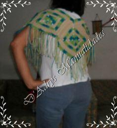 "Chal o Capita tejido a crochet en ""nannysquares"" verdes con beige y barbas"