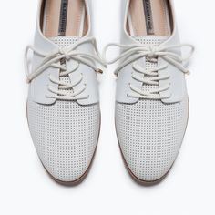 Zara white flats shoes White slim flats can look amazing with shorts, jeans and skirts. It's extremely versatile. Comfy sole. Height of the heel 1.5 cm. 100% polyurethane. Zara Shoes