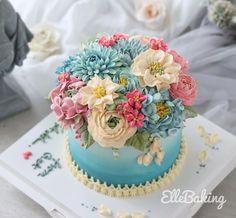 "ElleBaking FlowerCake on Instagram: ""เค้กดอกไม้ Size M ทรงสูง #ดอกไม้กินได้ ทำจากบัตเตอร์ครีมคะ นุ่มละมุนลิ้น ทานได้ทั้งก้อนคะ FB: ellebaking Tel: 0842987461,0982624965 Inbox:…"""