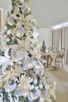 114 fabulous christmas decorations for a winter wonderland 123 White Christmas Tree Decorations, Elegant Christmas Trees, Christmas Tree Design, Gold Christmas Tree, Christmas Wreaths, Christmas Crafts, Xmas Tree, Christmas Tree Inspiration, Entryway