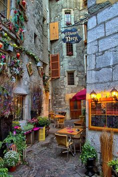 Un rincón para saborear enAnnecy, Francia.                                                                                                                                                                                 Más