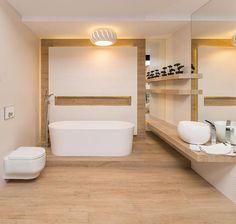 skandynawska łazienka z jasnego drewna i białych płytek z wyraźną fakturą.
