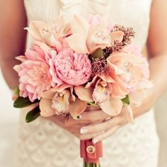 Are you looking for a beautiful bouquet that complements your wedding dress to perfection? 25 STUNNING Wedding Bouquets.