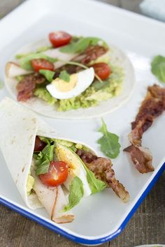 avocado wrap met krokant spek, ei, kipfilet en tomaatjes.
