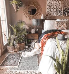 57 Bohemian bedrooms that you want to redecorate as soon as possible . 57 Bohemian bedrooms that you want to redecorate as soon as possible like , 57 Böhmische Schlafzimmer, die. Bohemian Bedroom Decor, Home Decor Bedroom, Bedroom Decor Natural, Boho Bed Room, Bedroom Decorating Ideas, Earthy Decor, Bohemian Apartment, Bohemian Chic Decor, Decorating Hacks