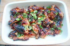 Aziatische kippenvleugels met een marinade van honing, sojasaus, gember, knoflook, sesamolie en limoen. En siracha voor een beetje pit.
