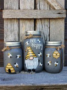 Mason Jar Crafts 155303887215148739 - Bee Happy Gnome, set of three Hand painted Mason jars Source by etsy Mason Jar Picture, Mason Jar Art, Pot Mason Diy, Mini Mason Jars, Mason Jar Crafts, Bottle Crafts, Bottle Painting, Bottle Art, Jar Painting