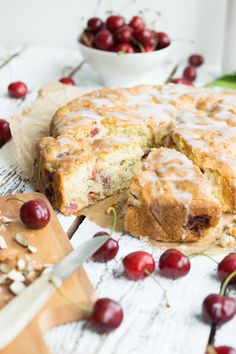 Kirsch-Mandelkuchen mit Mandelguss - super einfaches Rezept für diesen leckeren und fluffigen Sommerkuchen mit frischen Kirschen und Mandeln