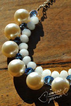 Collana realizzata a mano, perle e coralli azzurri. Handmade necklace. White, pearls and light blue.