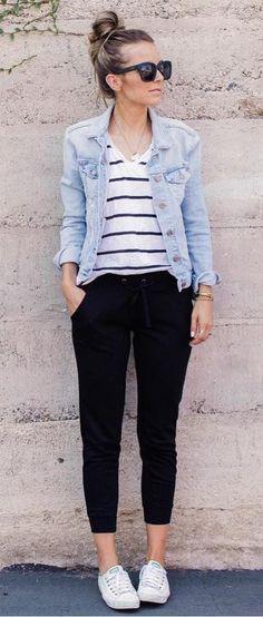 como usar jaqueta jeans no trabalho. look calça preta, blusa listrada e jaqueta jeans. look com tenis branco. look faculdade. look para escola. look casual. look confortavel. look aeroporto.