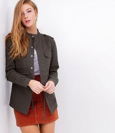Saia feminina  Com bolsos quadrados  Marca: Blue Steel  Tecido: veludo  Composição: 97% algodão, 3% elastano  Modelo veste tamanho: 38     Medidas da Modelo:     altura 1.78  busto 82  cintura 63  quadril 95     COLEÇÃO INVERNO 2017     Veja outras opções de    saias femininas   .