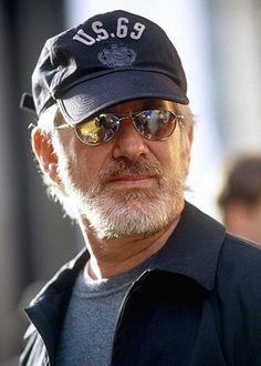 Steven Allan Spielberg, (Cincinnati, 18/12/46) é um cineasta, produtor, roteirista e empresário norte-americano. Spielberg é o diretor que mais tem filmes na lista dos 100 Melhores Filmes de Todos os Tempos, feita pelo American Film Institute. Até o momento a rendimento bruto de todos os seus filmes, em todo o mundo, é de mais de $8.5 bilhões de dólares. A Forbes calcula a riqueza de Spielberg em $3,2 bilhões de dólares.