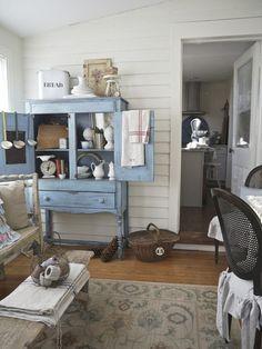 Cozy vintage enclosed porch. shabbyartboutique.com