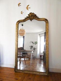 Home Furniture 87783 decoration idea: a large antique mirror Decor, Interior, Home, Decor Styles, Old Mirrors, Decor Interior Design, Apartment Decor, Home Deco, Parisian Apartment Decor