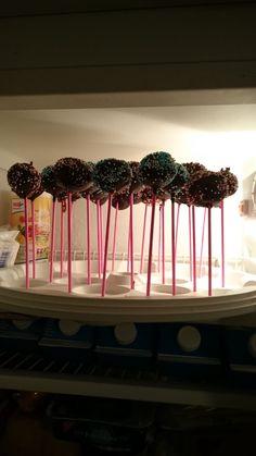 Ich wollte nun endlich mal Cake Pops selber machen.  Ich habe hier ein tolles und einfaches Rezept, was jetzt auch gut in die Vorweihnachtszeit passt. Weihnachtliche Cake Pops  ( ohne Backen ) Rezept und der ganze Test hier http://boxen-und-mehr-im-test.blogspot.de/2015/11/cake-pops-sicher-transportieren-plus.html - http://emsa.springup.io/?view=social&type=reply&id=19378