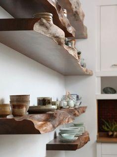 新築やリノベーション時に、大工さんに頼んでウォルナット材のカウンターを造りつけてもらうのも一つです!お気に入りの食器やアイテムをたくさん並べたくなります。