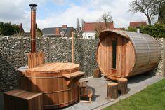 Wellnesscorner met hottub, barrelsauna en tuindouche. www.saunabarrel.be 'Saunabarel by Modis' : Belgisch fabrikant van barrel sauna's