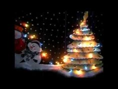 Cenefa Navideña con Luces Christmas Tree, Christmas Ornaments, Birthday Candles, Holiday Decor, Facebook, Home Decor, Youtube, Scrappy Quilts, Holiday Ornaments