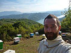 Έπειτα από αρκετό κουβάλημα μας έπιασε το ξημέρωμα, αλλά τοπία σαν κι αυτό σε αποζημιώνουν. Το μελισσοκομείο στην Πίνδο για την ανθοφορία της ερείκης. Στο βάθος η λίμνη Πουρναρίου.